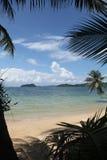 在椰子树美丽的nuture蓝天和阴影的摇摆或摇篮吊在酸值Mak使传统的泰国靠岸 免版税库存图片
