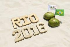 在椰子的奥林匹克和巴西旗子与2016年里约 免版税库存图片