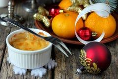 在椰树的圣诞节热的开胃菜乳酪鸡蘑菇菜丝汤 库存图片