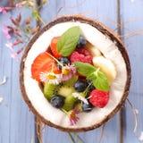 在椰树的水果沙拉 库存照片