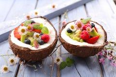 在椰树的水果沙拉 库存图片