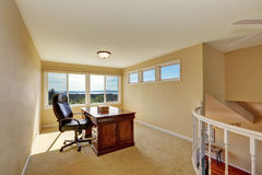 在楼上在黄色口气的家庭办公室室内设计 图库摄影