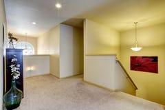 在楼上有内阁和玻璃花瓶的走廊 免版税库存图片