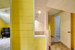在楼上有明亮的黄色墙壁的走廊 库存照片