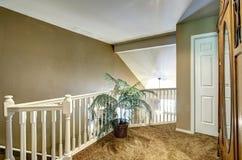 在楼上有楼梯栏杆的走廊 免版税库存照片