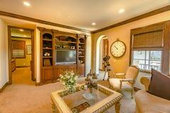 在楼上有现代陈设品的家庭娱乐室 图库摄影