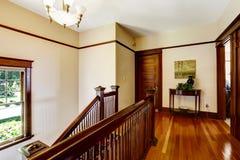 在楼上有硬木地板和楼梯的走廊 免版税图库摄影