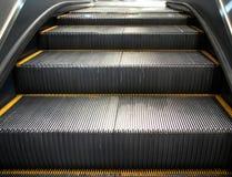 在楼上自动扶梯 免版税库存图片