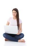 在楼层上的微笑的妇女浏览互联网 库存照片