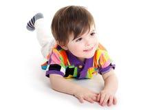 在楼层上的逗人喜爱的婴孩孩子 免版税图库摄影