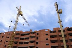 在楼房建筑站点的高起重机 免版税库存图片