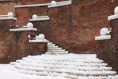 在楼梯的冬天雪 免版税库存图片