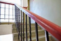 在楼梯的台阶栏杆在生存房子 库存照片
