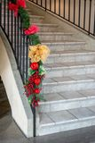 在楼梯的圣诞节装饰 内部装饰业 免版税库存图片