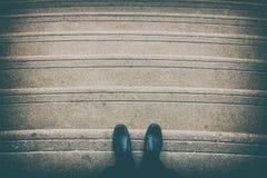 在楼梯的黑鞋子 免版税图库摄影