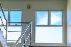 在楼梯的Windows把天空进行下去 图库摄影
