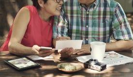 在概念之外的资深夫妇休闲 免版税库存照片