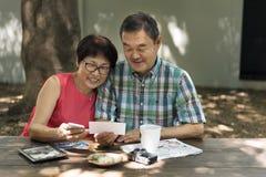 在概念之外的资深夫妇休闲 免版税库存图片