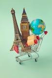 在概念旅行世界范围内 有来自世界各地纪念品的购物车 减速火箭的过滤器作用 免版税图库摄影