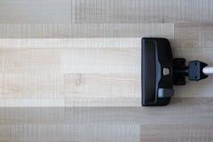 在概念-在木头的吸尘器前后的家务 库存照片