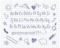 在概略样式的字母表与学校在习字簿板料乱画 导航手写的铅笔信件、数字和标点符号 免版税库存照片