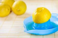 在榨汁器的Juicing柠檬 库存图片