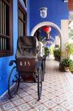 在槟榔岛街道上的古色古香的人力车  库存照片