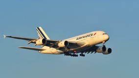 在樟宜机场的法航空中客车A380超级超大着陆 免版税库存图片