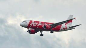 在樟宜机场的泰国亚洲航空空客320着陆 免版税库存照片