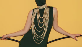 在模型的长的珍珠项链 免版税库存照片