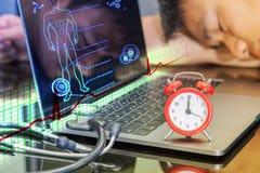 在模式时钟和听诊器附近的医生睡眠 免版税库存图片