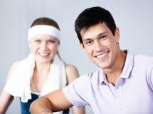 在模拟程序的妇女培训与教练在体操方面 免版税图库摄影