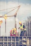 在模板期间的工作者倾吐3的混凝土的 免版税库存照片