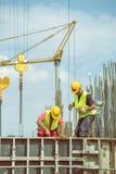 在模板期间的工作者倾吐4的混凝土的 库存照片
