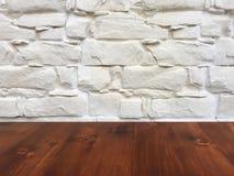 在模糊的白色洗涤墙壁背景的老棕色橡木木桌,木桌 库存图片