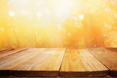 在模糊的秋天背景前面的空的桌 为产品显示蒙太奇准备 免版税图库摄影