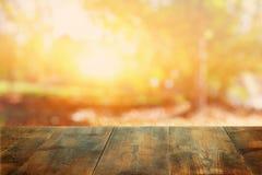 在模糊的秋天背景前面的空的桌 为产品显示蒙太奇准备 库存照片