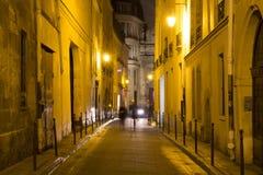 在模糊的行动的两名妇女步行在晚上 免版税库存照片