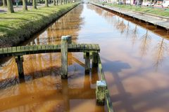 在横向运河的更加接近的看法在ter apel荷兰 库存图片