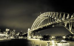 在横渡海洋的强大钢悉尼港桥的华美的日落 库存照片