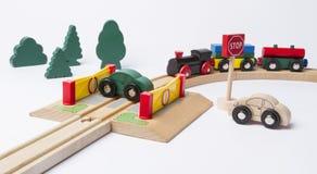 在横穿的汽车与火车来 库存图片