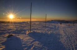 在横越全国的滑雪轨道的日落 免版税图库摄影