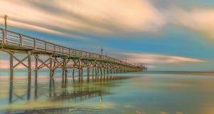 在樱桃树丛海滩的码头 免版税库存图片