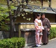 在樱花下的日本夫妇 库存图片