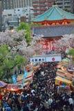 在樱花季节期间的拥挤东京街道 库存照片