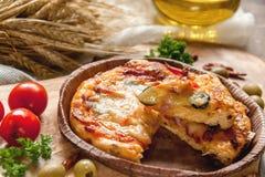 在橄榄一个美丽的自然黑板的圆的香肠烘饼Margherita  选择聚焦 库存照片
