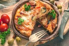 在橄榄一个美丽的自然黑板的圆的香肠烘饼Margherita  选择聚焦 免版税库存图片