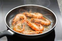 在橄榄油油煎的新鲜的虾 库存照片