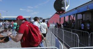 在橄榄球前面的志愿者 股票录像