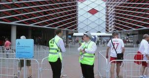 在橄榄球前面的志愿者 影视素材